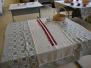 Balto galdautu izstāde Špoģu vidusskolā